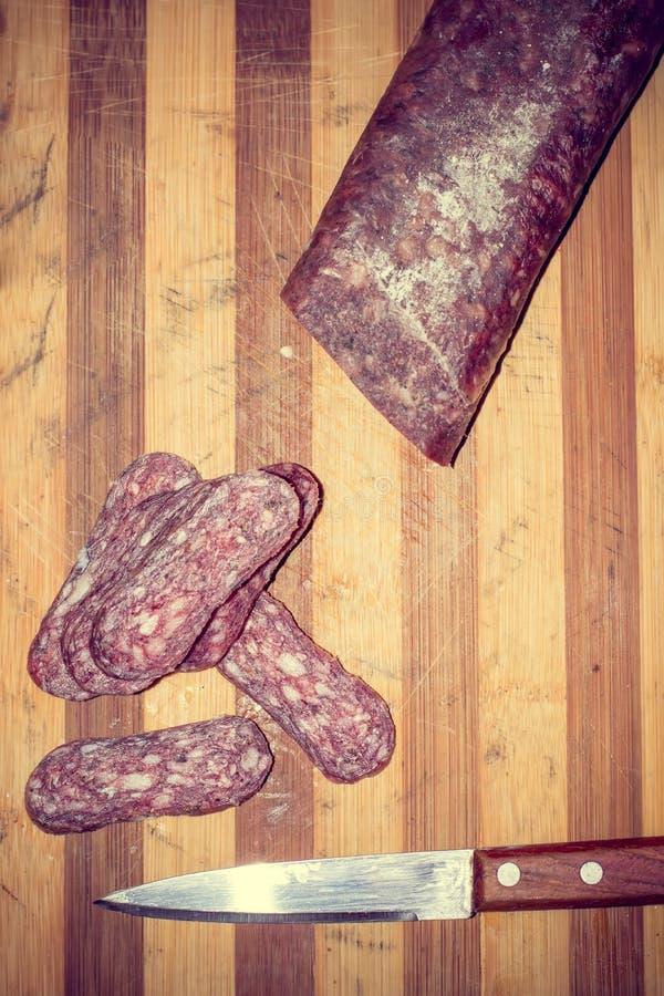 Bułgarski krajowy jedzenie - lukanka Surowy wysuszony mięso faszerujący w jelicie fotografia royalty free