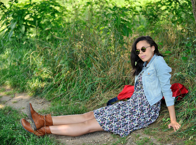 Bu di seduta Biracial della giovane donna una strada rurale immagini stock libere da diritti