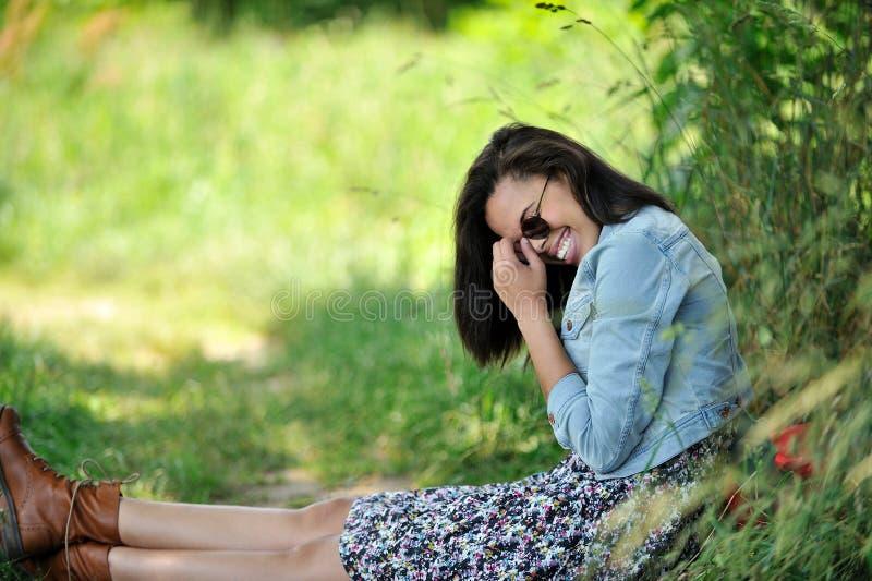 Bu di seduta Biracial della giovane donna una strada rurale fotografia stock