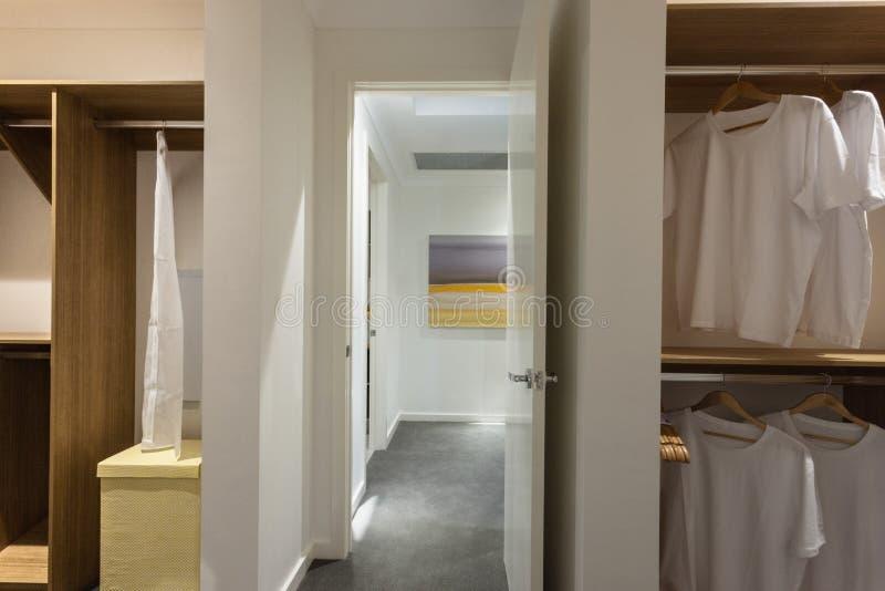 Buanderie d'une maison moderne par le couloir photo libre de droits