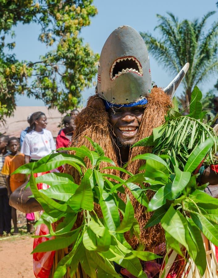 Bubaque, Guinea-Bissau - 7 dicembre 2013: Uomo africano non identificato in costume tradizionale dello squalo che fa ballo ritual immagine stock