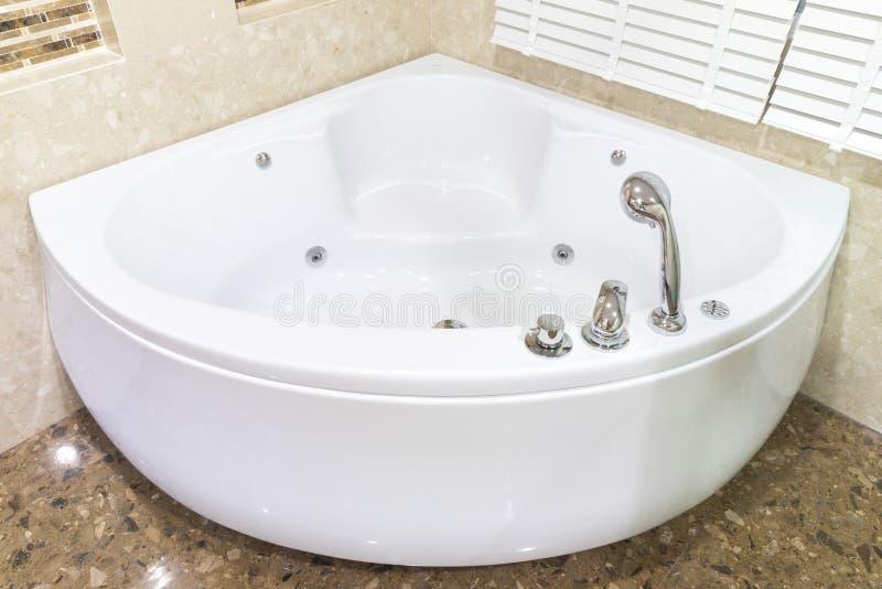 Bubbelpool i hörn av badrummet royaltyfria foton