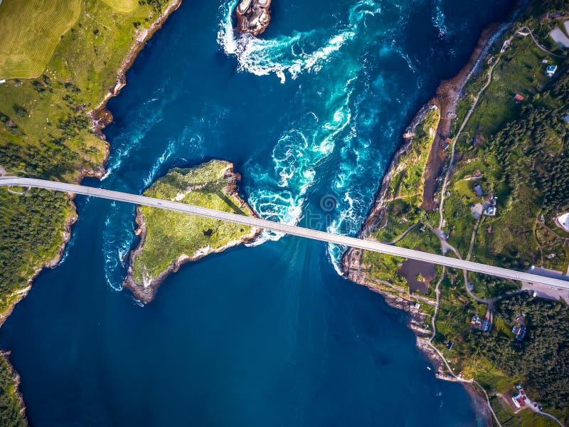 Bubbelpooler av malströmmen av Saltstraumen, Nordland, Norge fotografering för bildbyråer