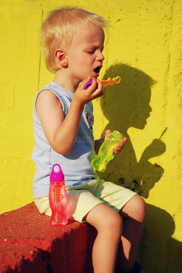 bubbles barnet som gör tvål royaltyfri fotografi
