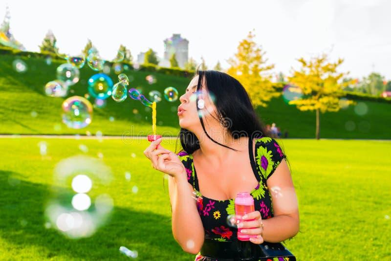 bubbles den soapy flickan arkivbilder