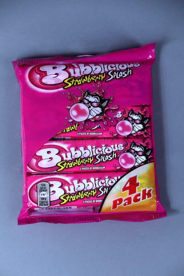 Bubblicious, gomme d'éclaboussure de fraise, marque américaine, d'isolement image stock