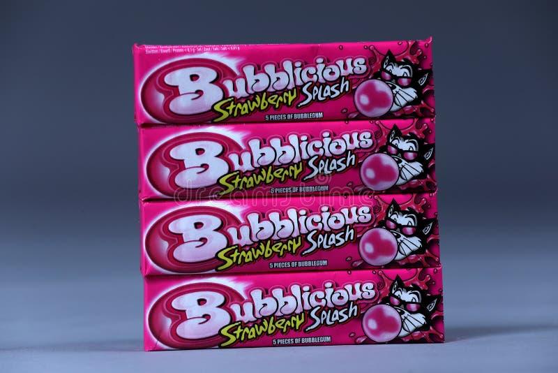 Bubblicious, gomme d'éclaboussure de fraise, marque américaine, d'isolement images stock