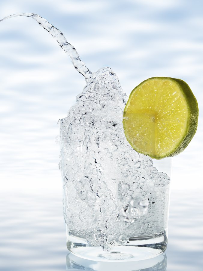 Free Bubbling Water With Lemon Royalty Free Stock Images - 8720909