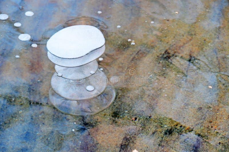 Bubblor av nedersta gaser på isen av sjön Uvildy i sen höst i klart väder, Chelyabinsk region, Ryssland royaltyfri fotografi