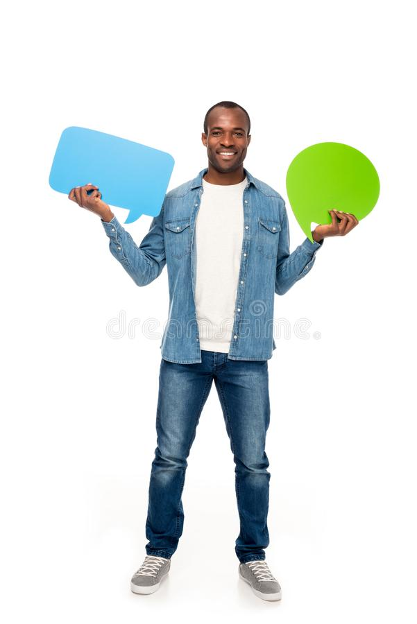 bubblor för anförande för stilig afrikansk amerikanman hållande och le på kameran royaltyfria bilder