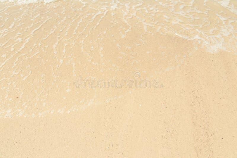 Bubblor från havet vinkar på stranden royaltyfri fotografi