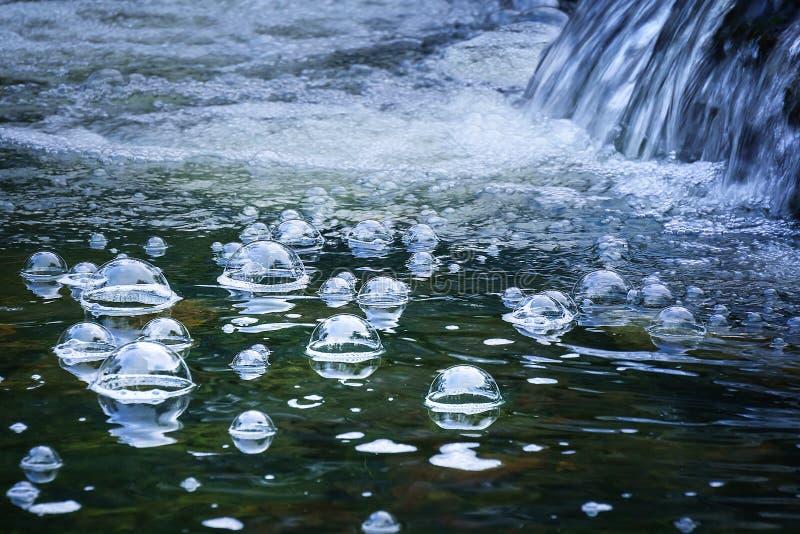 Bubblor i vattenström royaltyfri foto