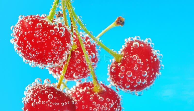 Bubblor och körsbär arkivbild
