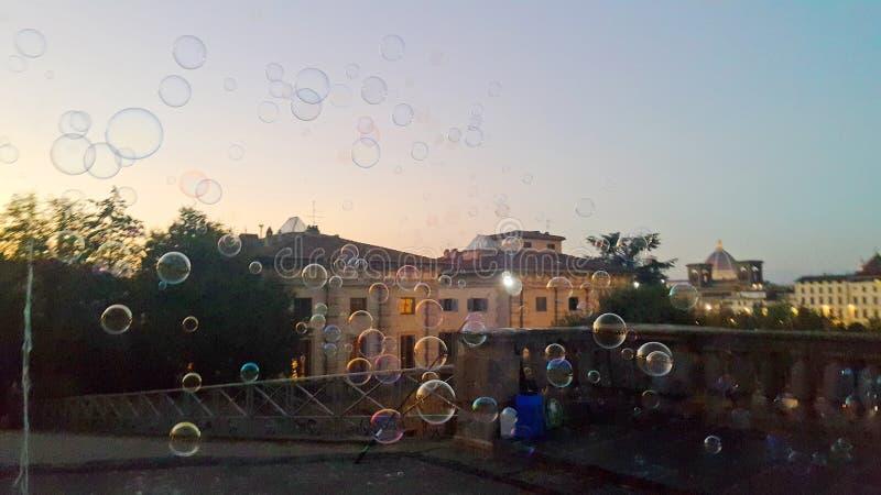Bubblor på luften framme av aftonen av den historiska staden florence royaltyfria bilder
