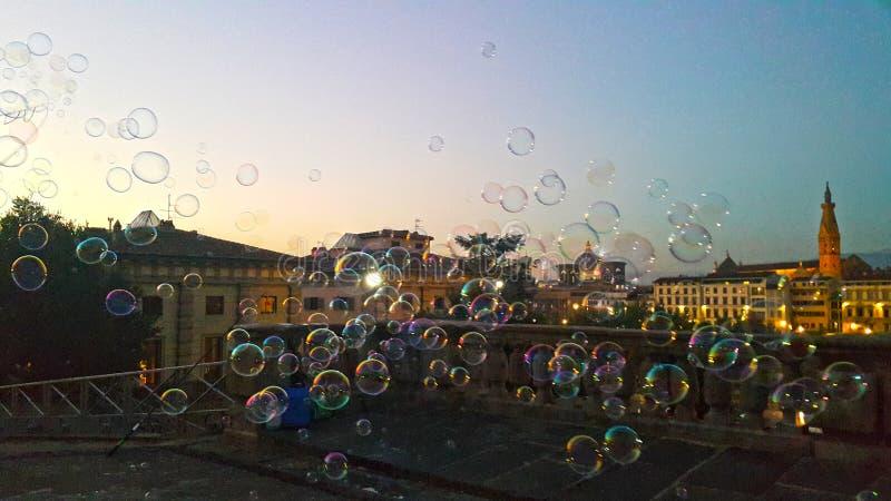 Bubblor på luften framme av aftonen av den historiska staden florence royaltyfri bild