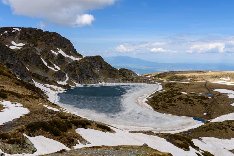 Bubreka eller Babreka sjönjuren formade sjön, Rila berg, Bulgarien arkivbilder