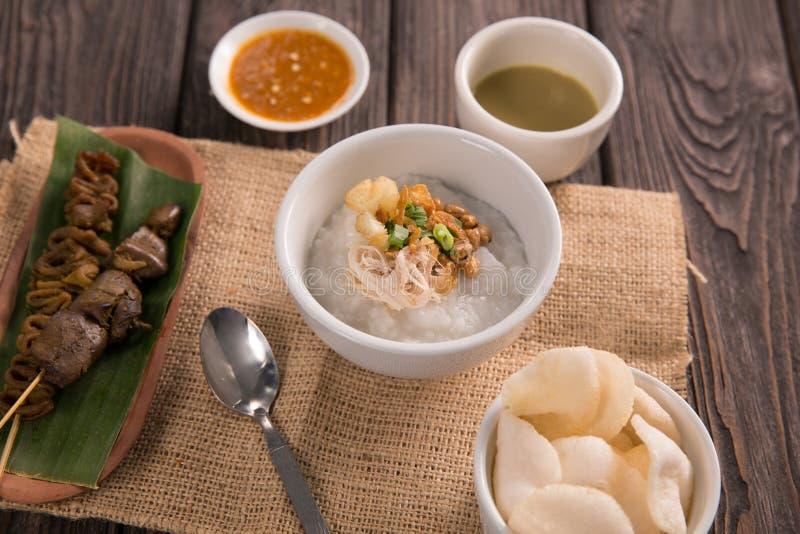 Bubur Ayam gachas de avena del pollo con la sopa imagen de archivo libre de regalías