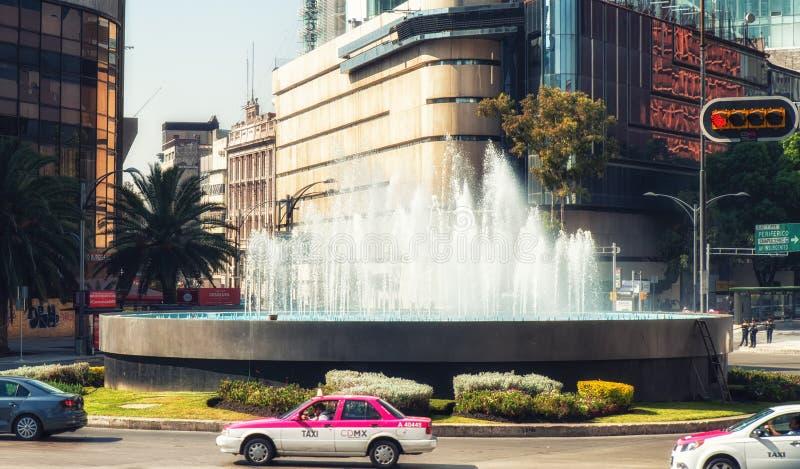Bucarelli fontanna w ruchu drogowego okręgu na Paseo De Los angeles Reformujący zdjęcie stock