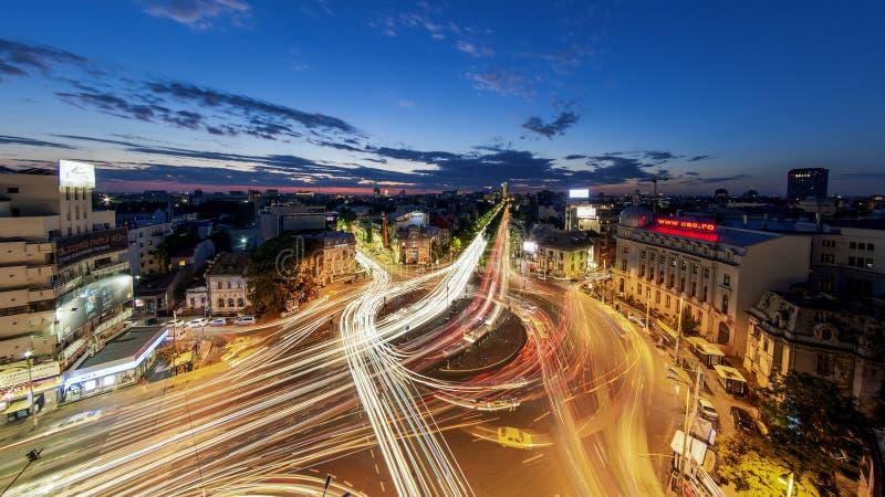 Bucarest centrent la pousse de nuit du trafic à la place de Romana photographie stock libre de droits