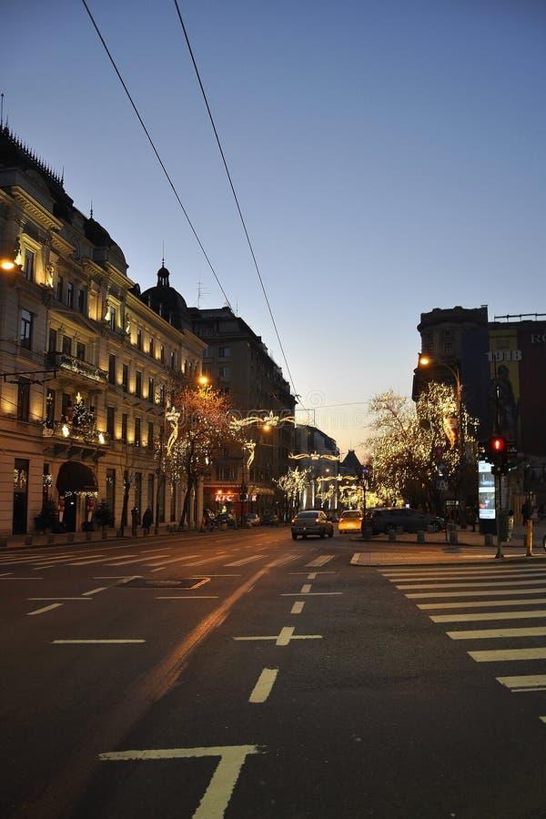 Bucarest, el 2 de enero: Opinión de la calle con la decoración de la Navidad en ciudad por noche de Bucarest la capital de Rumani fotos de archivo libres de regalías