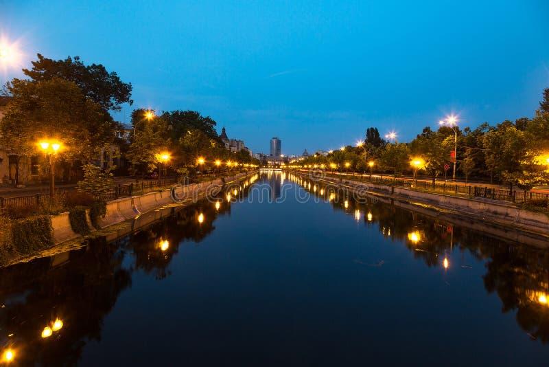 Bucarest en el río de Dambovita fotos de archivo