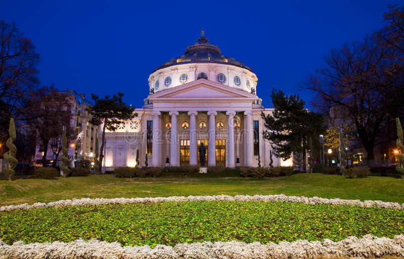 Bucarest entro la notte - Athenaeum fotografia stock