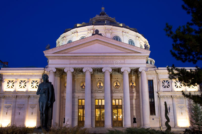 Bucarest entro la notte - Athenaeum fotografie stock libere da diritti