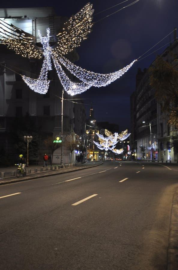 Bucarest, il 2 gennaio: Vista della via con la decorazione di Natale in città di notte da Bucarest la capitale della Romania fotografia stock libera da diritti