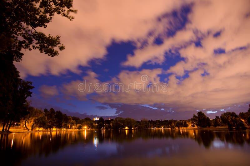 Bucarest - parque y lago de Tineretului fotografía de archivo