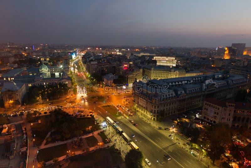 Bucarest - place d'université par nuit image stock