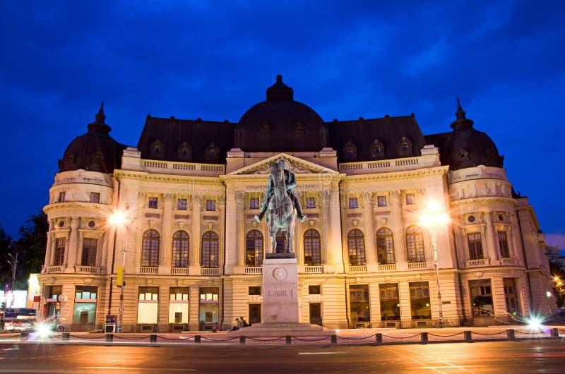 Bucarest por noche - biblioteca central foto de archivo
