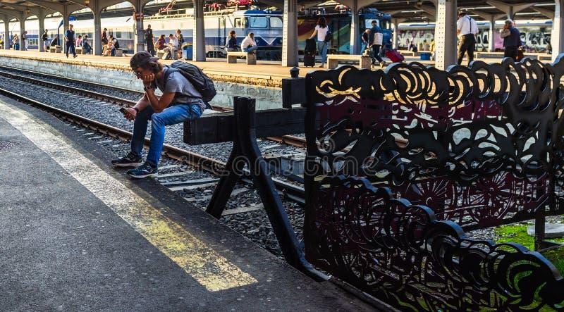 Bucarest, Roumanie - 2019 Jeune homme attendant le train sur la plate-forme de la gare ferroviaire du nord Gara de Nord à Bucares images stock