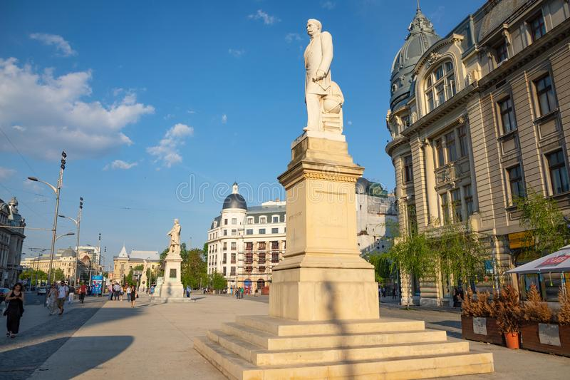 Bucarest, Roumanie - 28 04 2018 : Statues sur la place d'université, située à Bucarest du centre, près de l'université de photos stock