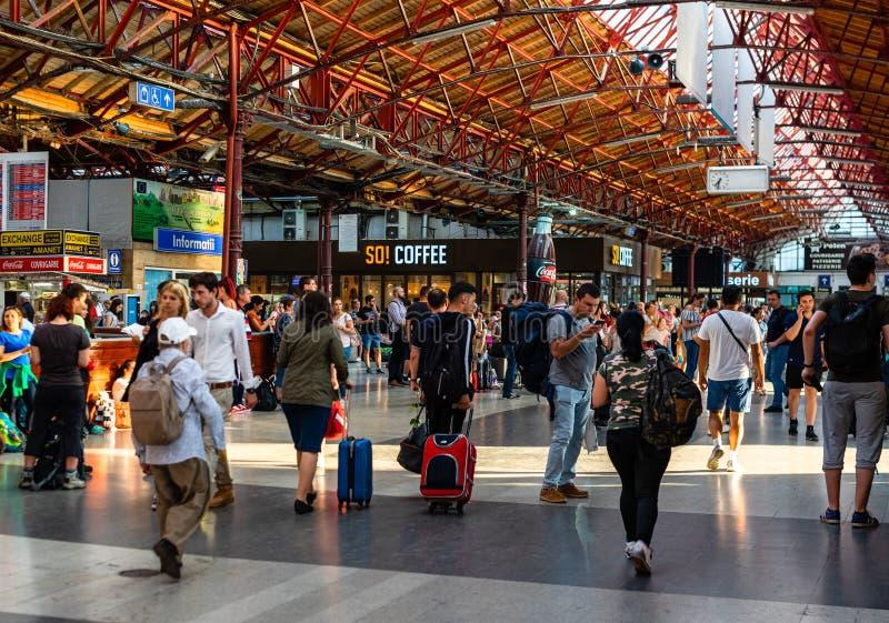 Bucarest, Roumanie - 2019 Voyageurs à la gare ferroviaire principale à Bucarest, la gare ferroviaire du nord Gara de Nord image libre de droits