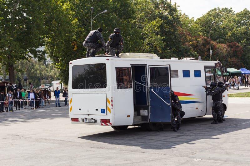 BUCAREST, RUMANIA - septiembre de 2013, acción de las fuerzas especiales de los oficiales de prisiones fotos de archivo