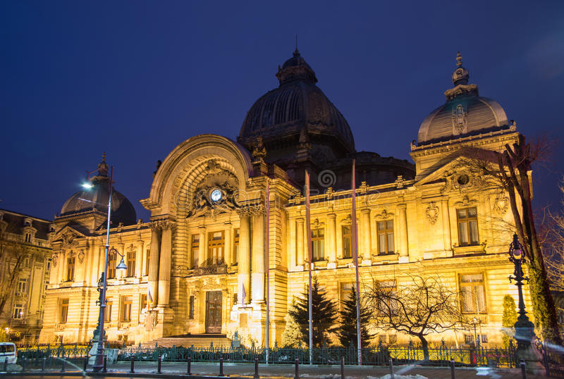 Bucarest, scène de nuit de CEC Palace image libre de droits