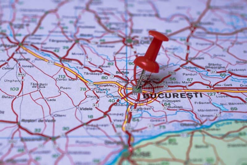 Bucarest sur la carte et la punaise rouge photo stock