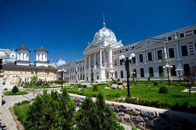 Bucareste - hospital e igreja velhos de Coltea fotografia de stock