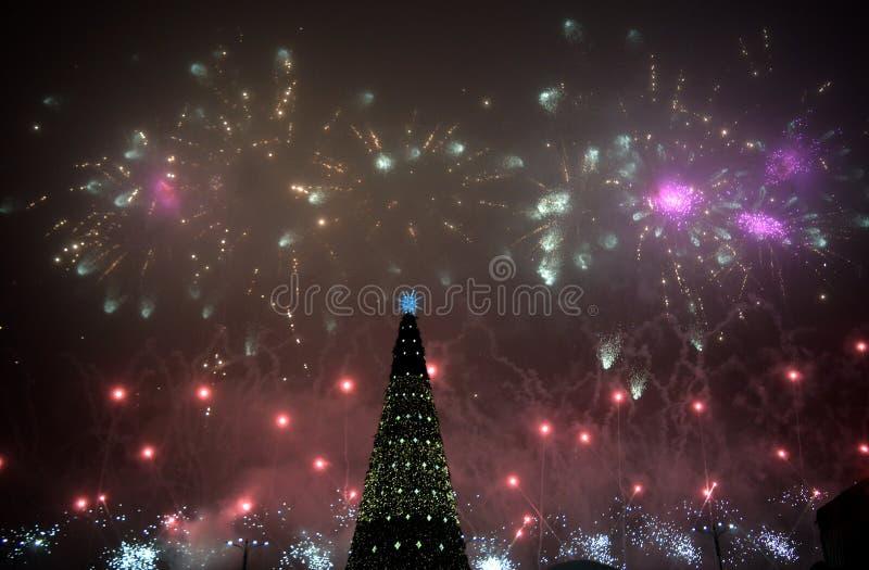 Bucareste Romênia: Celebrações do ano novo em Piata Constitutiei Constitution Square foto de stock