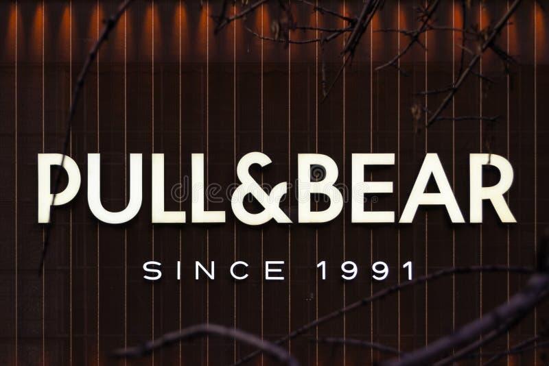 Bucareste, Romênia - 17 de fevereiro de 2019: Logotipo de Pull&Bear na construção do shopping de Unirea Este é um tipo espanhol d imagens de stock