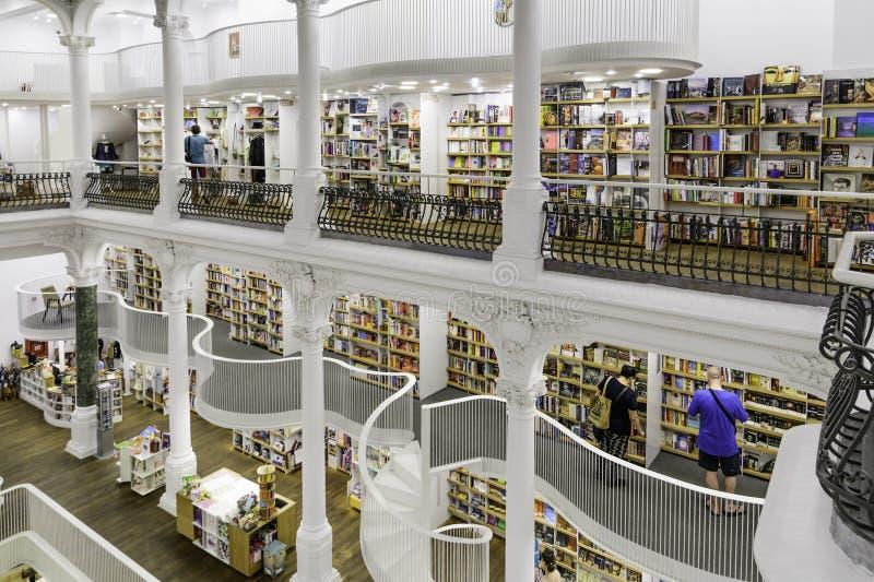 BUCARESTE, ROMÊNIA - 27 DE SETEMBRO DE 2015: O pessoa que compra a literatura registra na biblioteca de Carturesti, considerada o imagem de stock royalty free