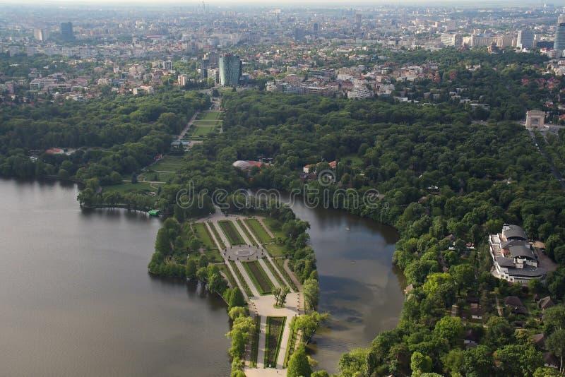 Bucareste, Romênia, o 15 de maio de 2016: Vista aérea do parque de Herastrau fotografia de stock royalty free