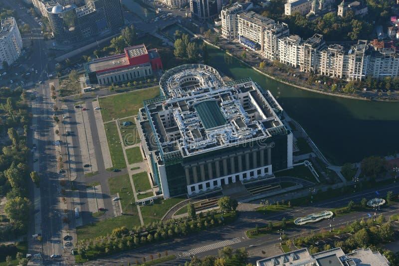 Bucareste, Romênia, o 9 de outubro de 2016: Vista aérea da biblioteca nacional de Romênia imagem de stock royalty free