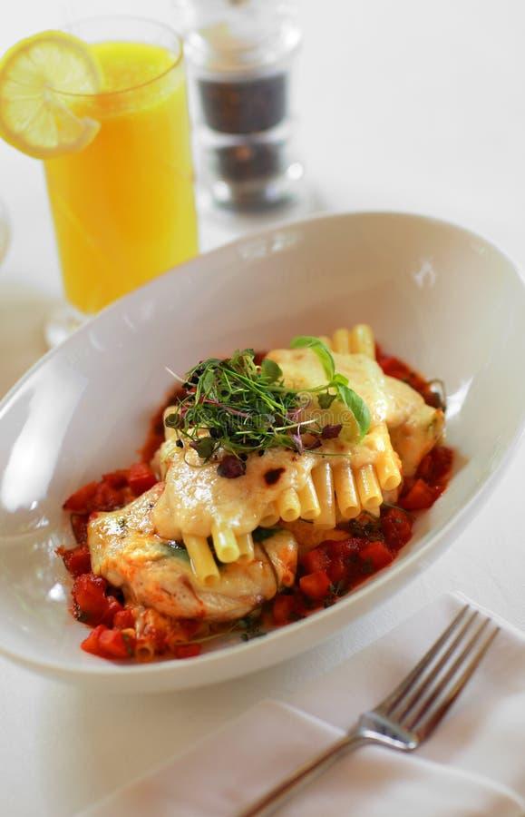 Bucatini della pasta con la salsa di pomodori fotografia stock