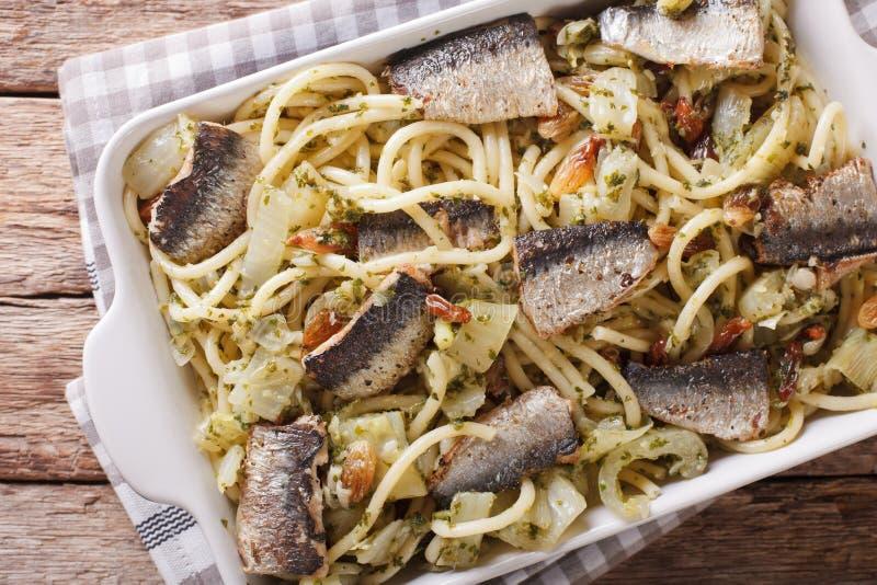 Bucatini italiano della pasta con le sardine, il finocchio, l'uva passa ed il pino n immagine stock