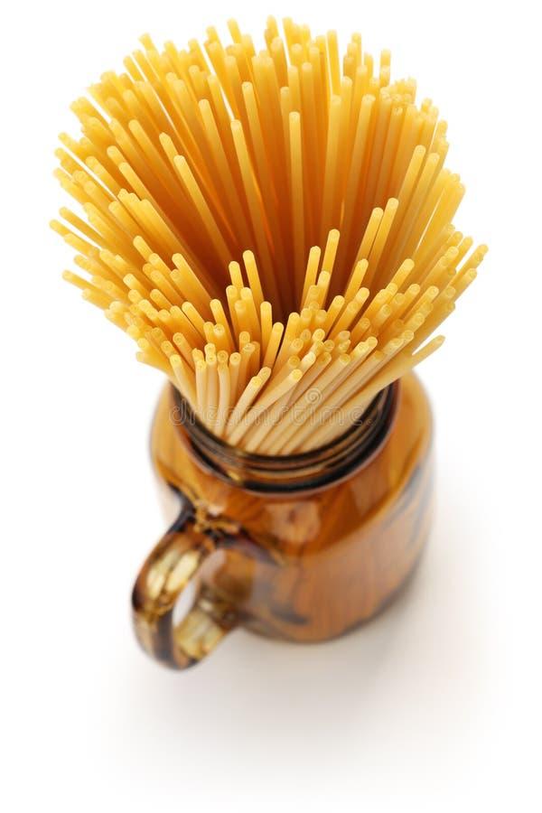 Bucatini italiensk pasta royaltyfria bilder