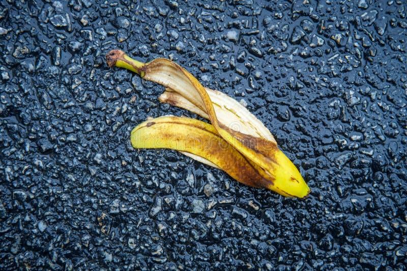 Buccia sdrucciolevole della banana della commedia immagini stock
