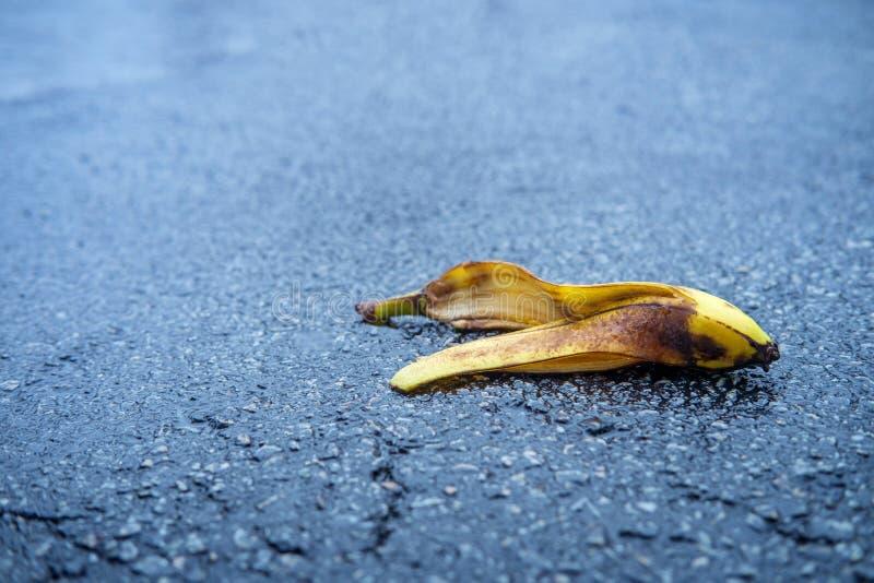 Buccia sdrucciolevole della banana della commedia fotografie stock