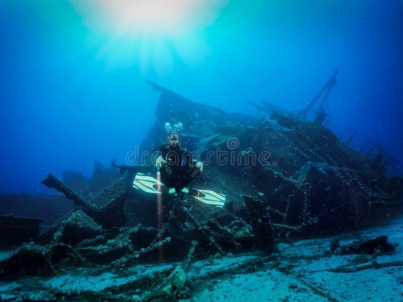 Buceador de Scuba frente a un naufragio hundido imagen de archivo