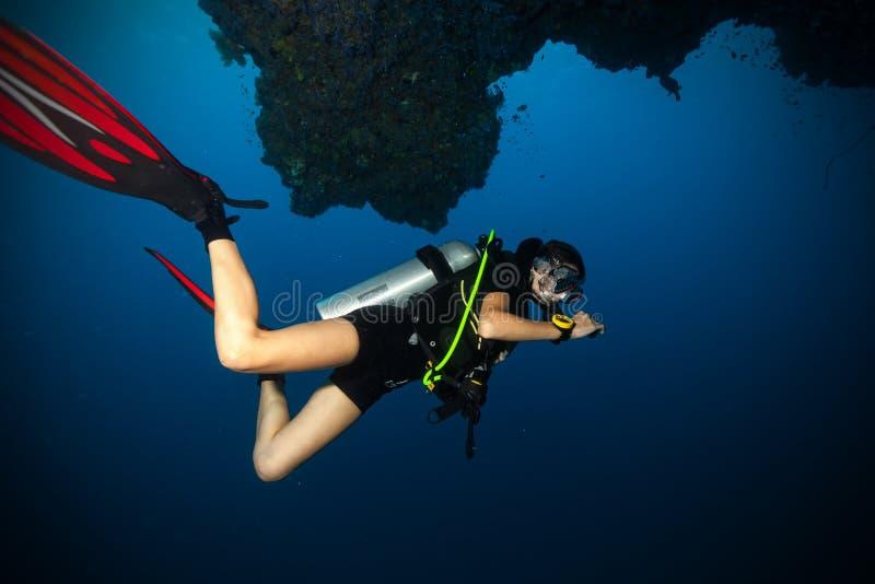 Buceador de sexo femenino subacuático fotografía de archivo libre de regalías